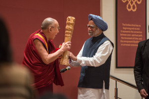 """Former Indian Prime Minister Dr Manmohan Singh presenting His Holiness the Dalai Lama Lama with a replica of the Lion Capital at the """"Celebrating His Holiness"""" event in New Delhi, India on January 4, 2016. Photo/Tenzin Choejor/OHHDL"""